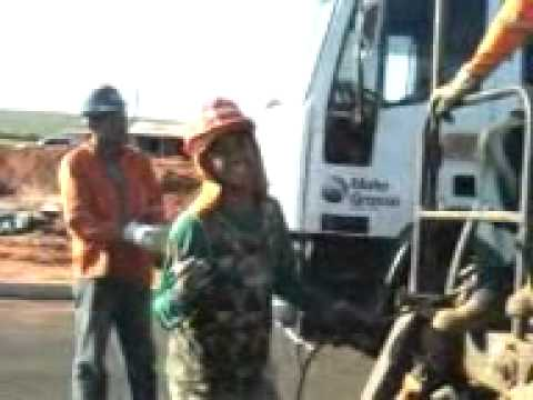 fazendo lama asfaltica em itiquira mt (39).3gp