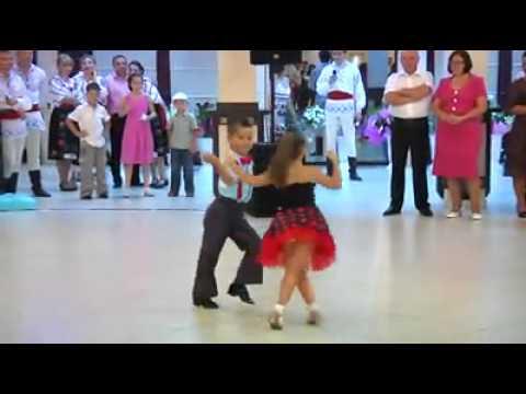 Crianças dançam como profissionais na Alemanha