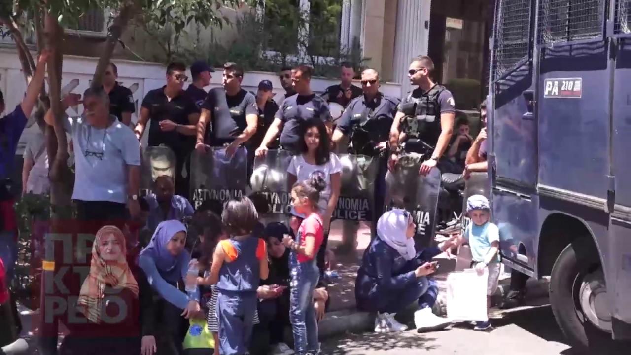 Παράσταση διαμαρτυρίας Σύρων προσφύγων έξω από τη γερμανική πρεσβεία