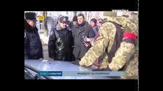 На Украине люди окружили автомобиль с Российскими номерами и георгиевской лентой и прогнали его.