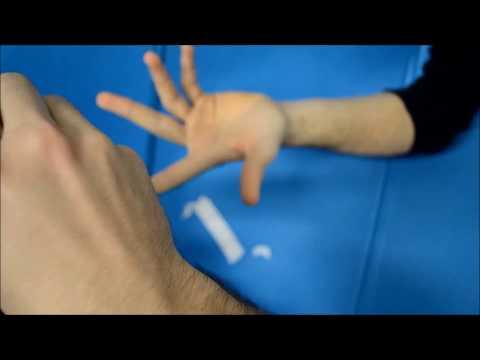 Kinesio taping per il dito a scatto e distorsione delle interfalangee