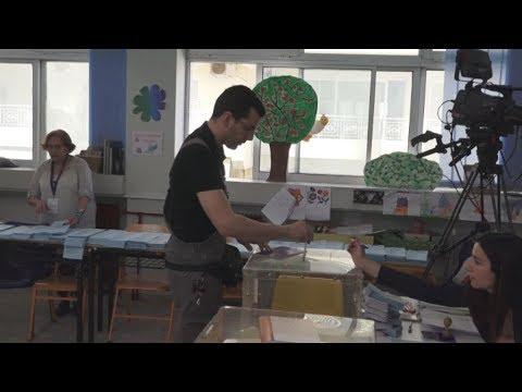 Στις κάλπες οι Έλληνες η ψηφοφορία διεξάγεται ομαλά σε όλη τη χώρα