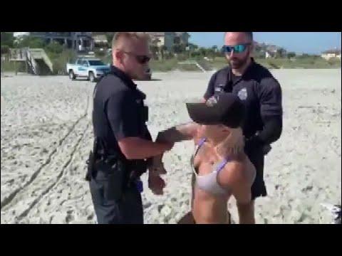 Полиция арестовала на пляже за смелое бикини