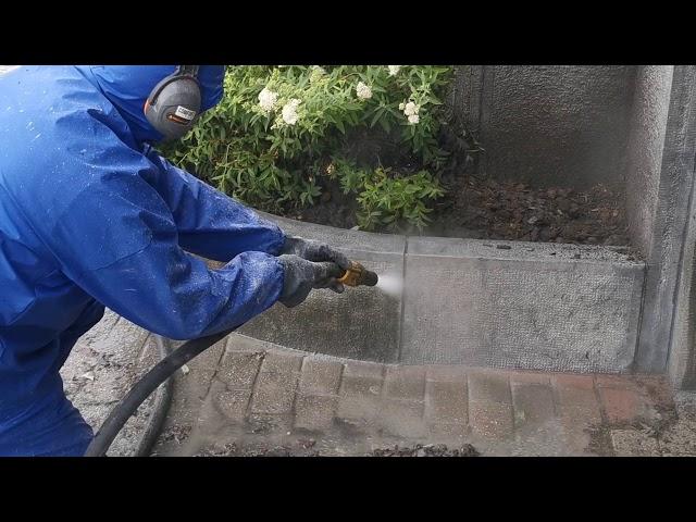 D.m.v. deze techniek kunnen op een stofarme en vonkarme wijze diverse (grote) oppervlakken zoals gevels, natuur en hardsteen worden gereinigd volgens een hydropneumatische reinigingstechniek. In tegenstelling tot het klassiek zandstralen gebeurt de reiniging onder lage druk (zacht 2 bar werkdruk tot hard 10 bar werkdruk), waardoor kans tot beschadiging steen en voeg nihil is. Het straalmiddel wordt vermengd met water als een soort modder onder druk op het te reinigen oppervlak gespoten. Door de aanwezigheid van dit water wordt de stofproductie geminimaliseerd met 95%. Afhankelijk van de vervuilingsgraad en de kwaliteit en sterkte van het oppervlak kunnen de luchtdruk en de toevoer van het straalmiddel worden ingesteld. Het is zelfs mogelijk onder druk alleen met water te stralen. De Torbo techniek verwijdert zowel natuurlijke afzetting door luchtvervuiling ofwel atmosferische vervuiling genoemd als organische vervuiling zoals algenvorming. Vooraleer de reiniging te starten, worden alle ramen, deuren en poorten etc. zorgvuldig afgeschermd om eventuele beschadiging te voorkomen. Het meest gebruikte straalmateriaal is gemalen glas. Maar daarnaast kunnen we ook stralen met grit, soda, kalk, garnet, asilikos, testra glasparels, en nog veel meer typen straalmiddel. Welk type straalmiddel we gebruiken hangt af van de ondergrond en de soort vervuiling. Een beschermende dampdoorlatende hydrofuge, siliconen of impregnatie behandeling bestaande uit siloxaanhars, wordt na het uitdrogen van de ondergrond aangebracht om op duurzame wijze atmosferische en organische vervuiling tegen te gaan. Aangezien er geen chemicaliën worden toegevoegd, is deze reiniging techniek weinig tot niet milieubelastend t.o.v. het oude gekende chemisch reinigen. Torbo reiniging wordt vooral gebruikt voor zandsteen, witsteen, blauwsteen, arduin, beton, silexpanelen, poreuze steensoorten, cementpleister, erfgoed en monumentale bouwmaterialen, verwijderen van geschilderde geveldelen of verwijderen van oude
