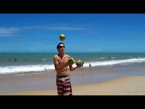 Malabarismo com cocos na praia. Juggling coconuts on the beach.