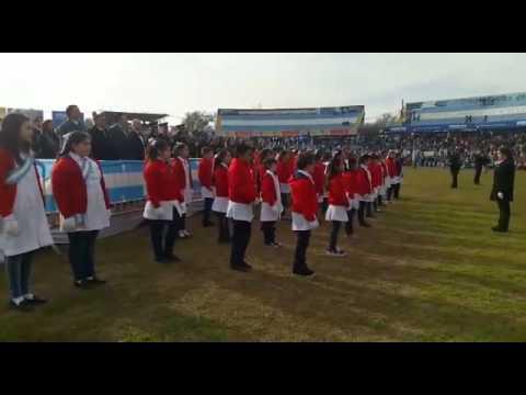 Alumnos de la Escuela Laprida y el Himno Nacional con lenguaje de señas