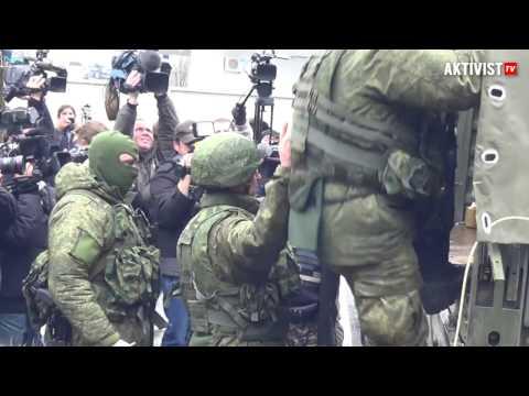 Симферополь Аэропорт Зеленые человечки 28.02.2014 - DomaVideo.Ru