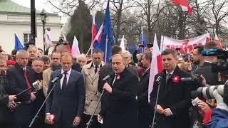 Tłumy przywitały Tuska, który miał złożyć kwiaty pod pomnikiem Piłsudskiego.