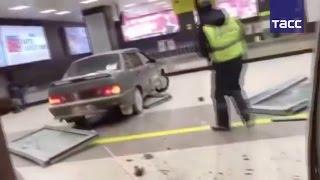 Видео погони за водителем, протаранившим аэропорт в Казани