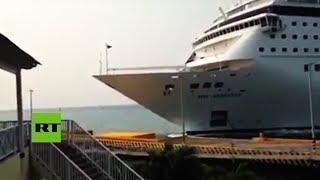 Un enorme crucero embiste un muelle en el Caribe