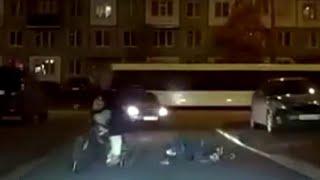 Matka przywiązała dziecko sznurem do roweru, aby nie pozostawało w tyle.