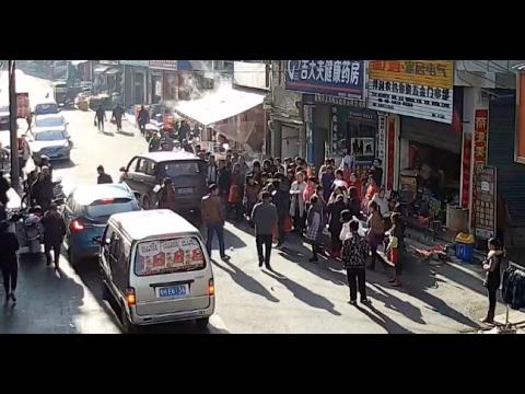 Περαστικοί σώζουν νήπιο από τις ρόδες φορτηγού