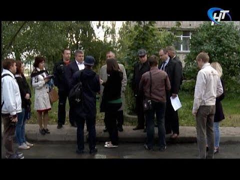 Фотоснимок асфальта, высыпанного в лужу, собрал в новгородском дворе чиновников и дорожников