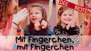 """""""Mit Fingerchen, mit Fingerchen"""" ist ein sehr beliebtes Fingerspiellied, welches Kindern viel Spaß macht. Kleine Kinder lieben es mit ihren Fingern Bewegungen zu Liedern zu machen und haben sehr viel Spaß dabei. Einfach Mitmachen und Mitsingen: """"Mit Fingerchen, mit Fingerchen, mit flacher, flacher Hand...""""Der Song """"Mit Fingerchen, mit Fingerchen"""" stammt in die diesem Fall von der CD """"Die 40 besten Fingerspiel-Lieder"""" und wird gesungen von Katharina Blume und Christian König, die auch in diesem Video zu sehen sind.Fingerspiellieder, Kniereiter, Spiel- und Bewegungslieder - diese Kategorie von Liedern werden besonders in Krabbelgruppen, Kindergärten und beim Kinderturnen großen Anklang finden. Auf diesem Kanal gibt es eine Auswahl an Klassikern wie zum Beispiel """"Rommel - Bommel"""", """"Meine Hände sind verschwunden"""", """"5 kleine Fische"""" und """"Aramsamsam"""".Mehr findet ihr hier:Schaut doch mal in die Playlist:http://bit.ly/playlist100mitsingliederDas Album mit dem Lied bei Amazon kaufen:♪http://bit.ly/Fingerspiel-LiederDas Lied bei iTunes kaufen:♪ http://bit.ly/iTunesFingerspiel-LiederFolgt uns auf Facebook:http://facebook.com/die30bestenOder besucht unsere Webseite:http://lampundleute.deDer Liedertext zum Mitsingen:Mit Fingerchen, mit Fingerchen,mit flacher, flacher Hand.Mit Fäustchen, mit Fäustchen,mit Ellenbogen klatsch, klatsch, klatsch.Leg die Hände an den Kopf,form daraus 'nen Blumentopf.Mach die Finger zu 'ner Brille,sei danach ein bisschen stille. (Leise singen)Pssst! (Finger an die Lippen halten)Pssst!Wir werfen mit Bohnen,mit Erbsen und Zitronen!Piff! Paff! Puff!Mit Fingerchen, mit Fingerchen ...Anleitung:Alle Kinder klopfen wie im Text beschrieben jeweils mit den Fingern, Handflächen, Fäusten und Ellenbogen auf einen Tisch. Bei """"Leg die Hände an den Kopf"""" legen sie die Hände auf die Wangen und nehmen bei """"form daraus `nen Blumentopf"""" die Hände """"geformt"""" vom Kopf weg. Danach formen sie mit Zeigefinger und Daumen jeder Hand je ein Brillenglas und halten sie vor die Auge"""