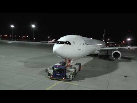 1.000 PS Fraport Schlepper bringt Airbus A-340 der SA ...