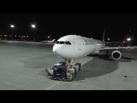 1.000 PS Fraport Schlepper bringt Airbus A-340 der SAA  ...