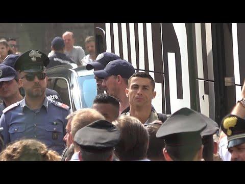 Villar Perosa, l'arrivo dell'autobus della Juventus: un boato dei tifosi accoglie Ronaldo
