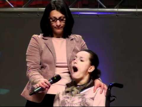 jaqueline - Jaqueline voluntariamente pede para ir até ao palco adorar a Deus cantando da forma que ela sabe. Deus se agrade do coração sincero. Jaqueline voluntarily as...