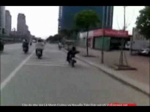 Vừa lái xe máy bằng chân vừa múa may quay cuồng