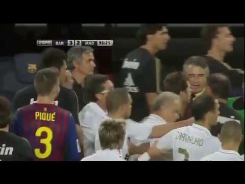 Mourinho( real madrid manager ) hits Tito Vilanova (Barcelona manager )  in the eye. Funny (видео)