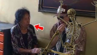 Video Wanita ini simpan tubuh keluarga, HP Cina meledak dan batu misterius - TomoNews Minggu Ini MP3, 3GP, MP4, WEBM, AVI, FLV Maret 2018