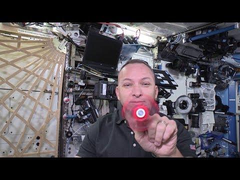 Astronautit temppuilee spinnereillä avaruudessa