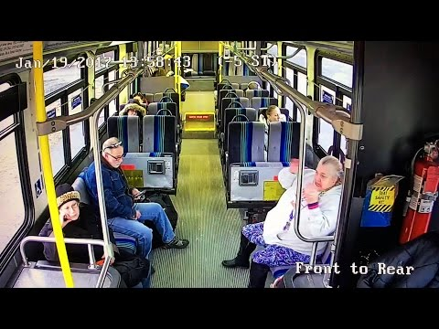Samochód osobowy wjeżdża w autobus