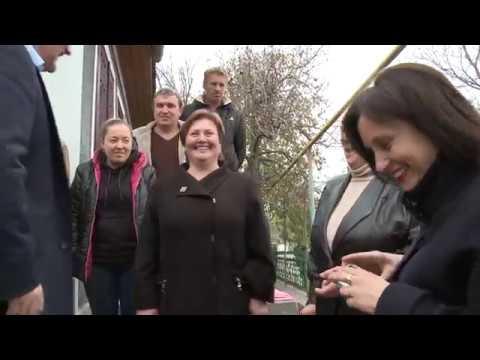 Igor Dodon a înmînat cheile unei case recent renovate unei familii nevoiașe din satul Călărășeuca, raionul Ocnița