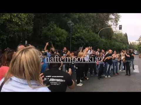 Διαμαρτυρία εργαζομένων στα κανάλια έξω από το Μέγαρο Μαξίμου