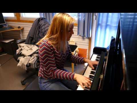 Hør Mathilde Jørstad synge «Turning Tables» på norsk