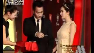 Lưu Khải Uy - Dương Mịch nắm tay trên thảm đỏ LHP Quốc tế Thượng Hải