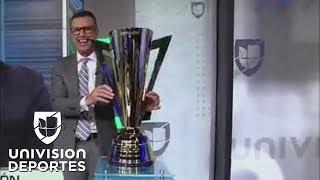 El exarquero y actual experto de Univision Deportes tuvo la desgraciada idea de poner sus manos sobre el trofeo y, con eso, cualquier aspiración de México ...