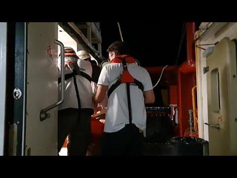 Εκατοντάδες μετανάστες αναζητούν λιμάνι – Παραμένουν σε πλοία στη Μεσόγειο…
