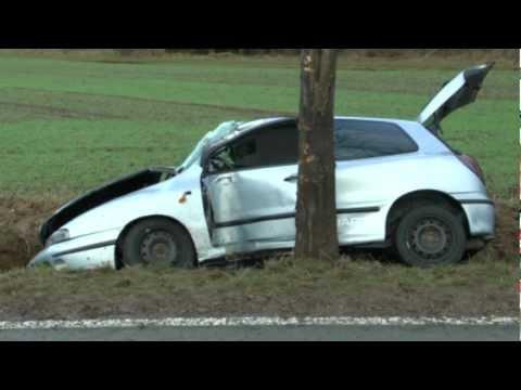 Zu schnell, kein Gurt: 19-Jähriger gegen Baum