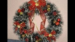 К украшениям на Новый год относятся и венки, которые можно сделать из веток деревьев своими руками. Идеи красивых венков вы можете увидеть на нашем ролике. В этом 2017 году лучше выбирать венки в ярко красных тонах т.к. это год огненного петуха. С наступающим вас Новым годом.