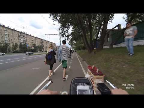 Давит пешеходов на велодорожке