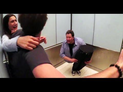 這名魔術師在電梯裡把自己切成兩半,把所有人給嚇傻了!
