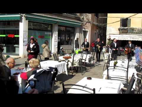Продавец дисков на карнавале в Венеции - я под столом