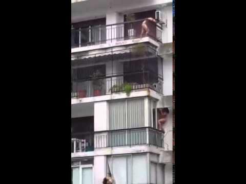 Mujer desnuda cuelga de balcón. ¿Cual es tu versión de la historia?