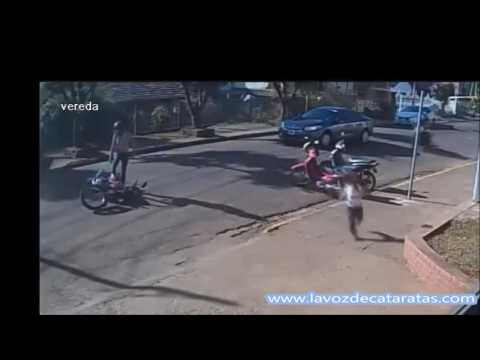 Embistió a la esposa de un inspector de tránsito y huyó