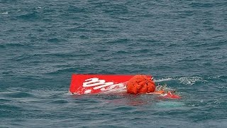 Düşen AirAsia uçağının kuyruğu denizden çıkartıldı