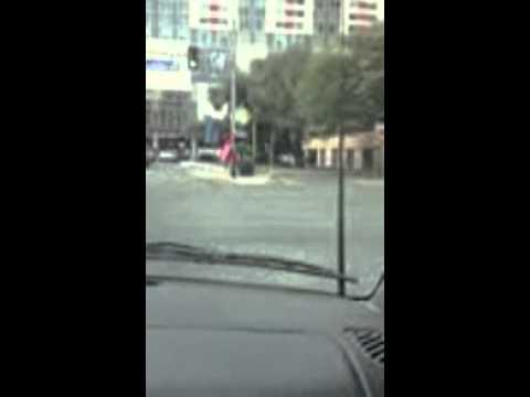 Killen som snurrar skyltar visar sina snyggaste