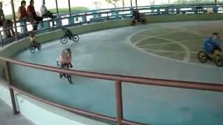 01 monyet naik sepeda