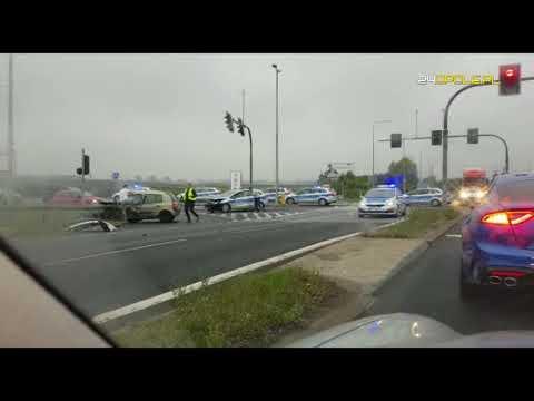 Radiowóz na sygnale vs rozpędzone Renault Clio. Konkretna czołówka na skrzyżowaniu
