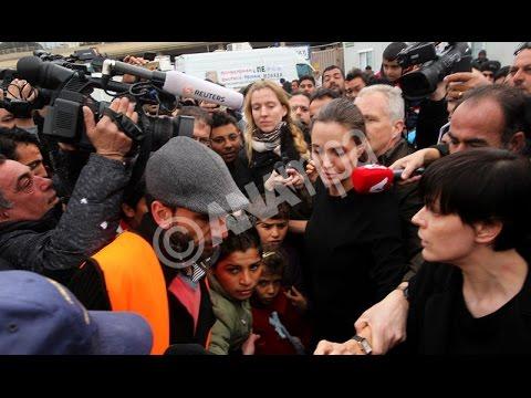 Με πρόσφυγες συνομίλησε στο λιμάνι του Πειραιά η Αντζελίνα Τζολί