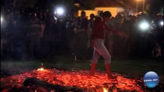 Na véspera de São João uma multidão vai na comunidade do Pito Aceso para ver as pessoas passarem na Fogueira uma...