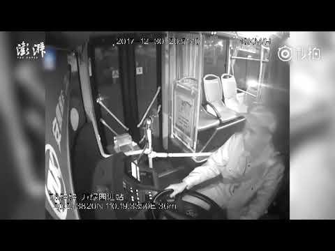 العرب اليوم - شاهد: وفاة سائق أتوبيس في محطته الأخيرة