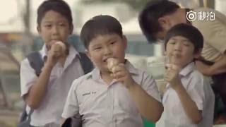 更多搞笑欢乐视频尽在【欢乐频道】:https://goo.gl/3ZA80g影片內容:這裡描述了一個小男孩兒看上了某件東西,非常喜愛,就決心要買了!於是他一點一點的努力存錢,到了某一天,他終於。。。。。。究竟是什麼結局呢?這廣告真是給我了一個意想不到的哈哈哈。你們才對了嗎?想看上一集泰國搞笑廣告嗎?點擊這裡:https://youtu.be/qrwa9vDDvl0喜歡的話記得訂閱我!