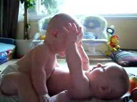Bebés gemelos encuentran algo gracioso
