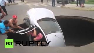 Спасение семьи из провалившейся под землю машины в Перу